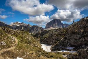 panorama över ängarna dolomiterna falzarego passerar i cortina d'ampezzo foto