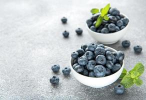 blåbär på betongbakgrund foto