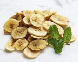torkade kanderade bananskivor eller chips foto