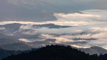 flygfoto över bergskedjan täckt av moln. foto