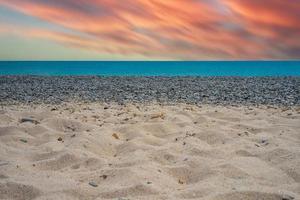 havslandskap med en vacker rosa solnedgång. foto