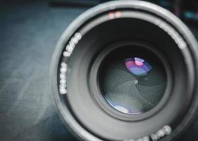 närbild av bländarbladen på ett filmobjektiv. foto