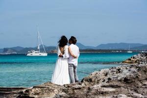 Formentera, Spanien 2021- Par vid kusten av Ses Illetes-stranden i Formentera, Balearerna i Spanien foto