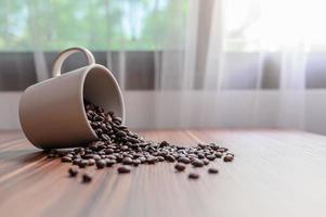 kaffemuggar och kaffebönor för att öka energin foto