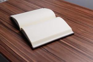 boken ligger vid skrivbordet. foto