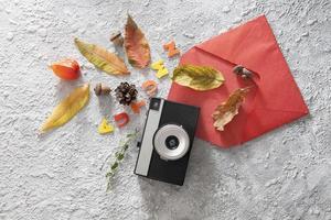 höstens platta layout med vintage kamera, kuvert foto