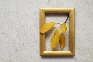 höst vintage stilleben med ljus och blad foto