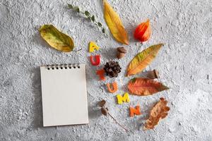 tom anteckningsblock för text och höstens platta layout foto