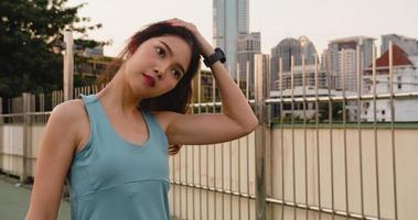 asien idrottsman dam övningar gör stretch träning i urban. foto