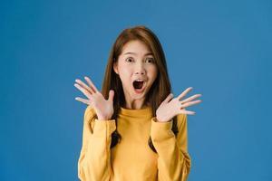 ung dam som känner lycka glad överraskning funky på blå bakgrund. foto
