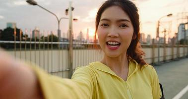 Asien idrottsman dam spelar in video vlog live streaming på telefon. foto