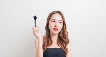 porträtt vacker kvinna med sminkborste foto