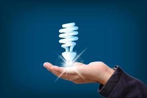 hand som håller glödande glödlampa i idé, innovation och inspiration foto