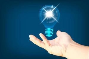 hand som håller glödande glödlampa i idé, innovation foto