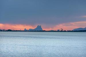 solnedgång vid estany pudent i ses salines naturpark i forme foto