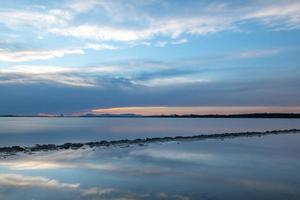 solnedgång vid estany pudent i ses salinerna naturliga foto