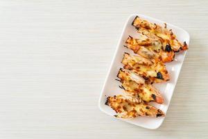 grillade flodräkor eller räkor med ost foto