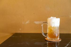 te med äppeljuice och yoghurtskum foto