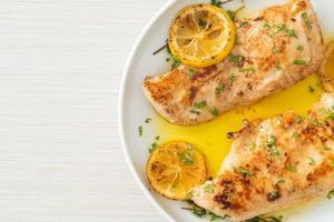 grillad kyckling med smör, citron och vitlök foto