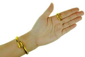 kvinnans hand med ett guldarmband och ringsmycken foto