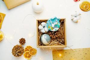 julklappslåda med söt souvenir gjord av polymerlera foto