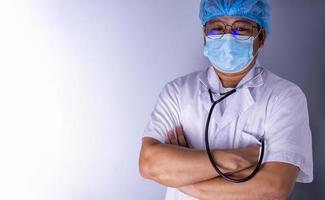 porträtt av en läkare som bär en mask och en stående hatt. foto