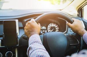närbild framifrån händerna hålla ratten. kör bil koncept. foto