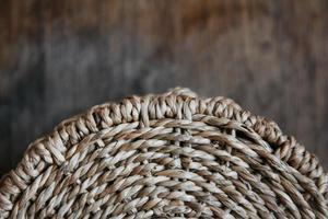 inslag av en rund korg på en träbakgrund foto