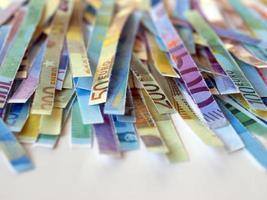 eurosedlar skurna med en pappersförstörare foto