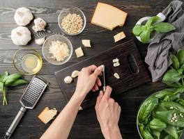 steg för steg förbereda italiensk pestosås. steg 4 - skär vitlök foto