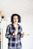 le kvinnakonstnär i hennes studio som håller konstpalett foto
