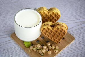 hjärtformade kakor med en kopp mjölk foto