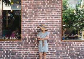 anape, ryssland 2021- café exteriör med kvinna mot röd tegelvägg i gamla stan foto