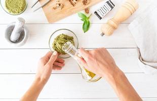steg förbereder italiensk pestosås foto