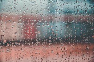 bakgrund och tapeter av regnig droppe och vattendroppar på fönstret. foto