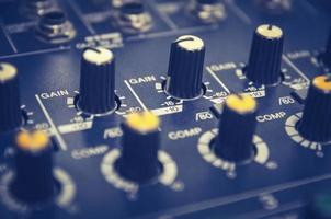 ljudmixerkonsol och ljudblandning med knappar och reglage. foto
