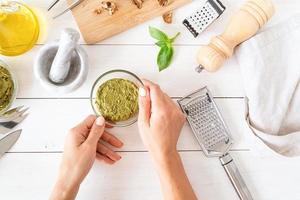 förbereder italiensk pestosås foto