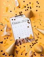 oktober 2021 kalender med konfetti, födelsedagshattar foto