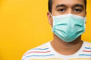 närbild ung asiatisk man som bär skyddsmask foto