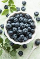 blåbär på träbakgrund foto