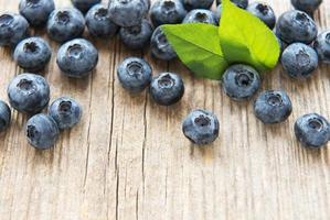 blåbär på vintage träbrun bakgrund foto