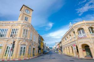 peranakannitat museum och klocktorn vid phuket foto