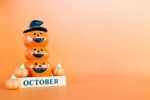 halloween pumpor på orange bakgrund, hej oktober koncept foto