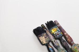 pensel och plåtburk på vit bakgrund foto
