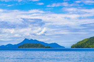 mangrove- och pouso -strand på den tropiska ön ilha grande brazil. foto