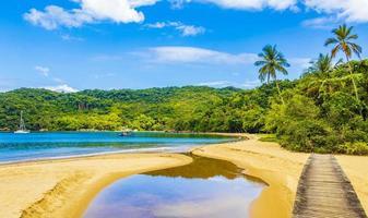 mangrove- och pouso -strand med broön ilha grande brazil. foto