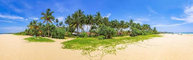 vackert soligt landskapspanorama från Bentota -stranden på Sri Lanka. foto