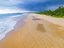 mörka moln stormar över landskap panorama Bentota Beach Sri Lanka. foto
