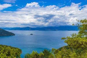 stor tropisk ö ilha grande abraao beach panorama brazil. foto