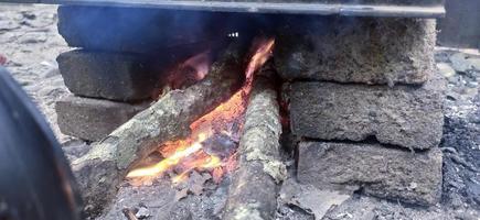 heta vedkolar med röd eld foto